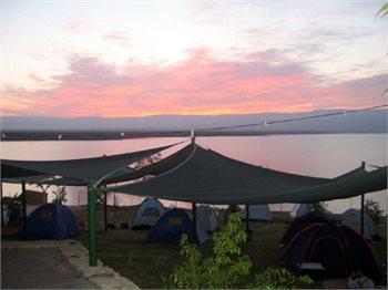 בילוי בקמפינג ביאנקיני על חוף ים המלח הקסום